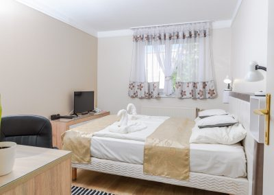 103. emeleti franciaágyas szoba, pótágyazható