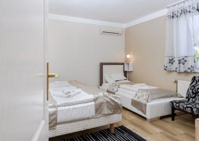 107. emeleti 3 személyes, franciaágyas+ egyszemélyes ágyas szoba, nem pótágyazható