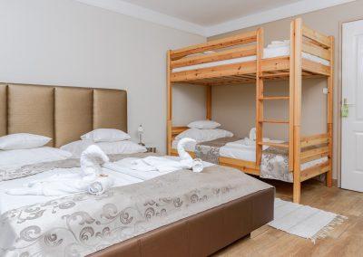 110. emeleti 4 személyes, franciaágyas+ emeletes ágyas, erkélyes szoba, nem pótágyazható