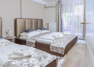 111. emeleti 3 személyes, franciaágyas+ egyszemélyes ágyas, erkélyes szoba, nem pótágyazható