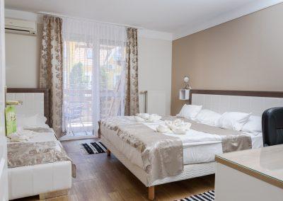 112. emeleti 3 személyes, franciaágyas+ egyszemélyes ágyas, erkélyes szoba, nem pótágyazható