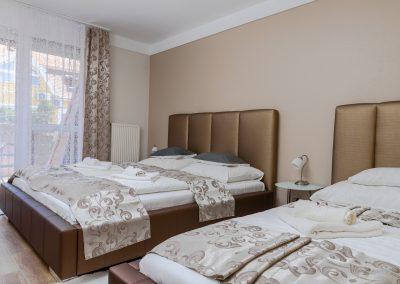 113. emeleti, 3 személyes, franciaágyas+ egyszemélyes ágyas, erkélyes szoba, nem pótágyazható
