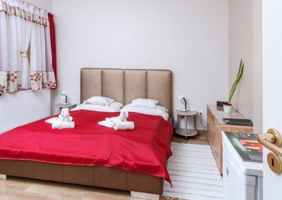 14. földszinti franciaágyas szoba, pótágyazható, akadálymentesített zuhanyzó, szélesített ajtók